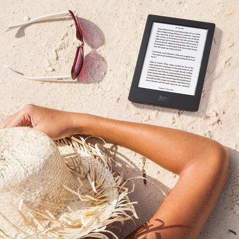 Personne dans le sable avec une Kobo Aura H20 Edition 2